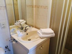 A bathroom at Hotel Mayflower