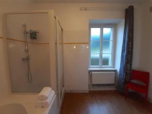 A bathroom at Auberge De Kerveoc'h