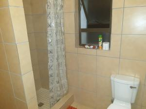 A bathroom at The Whitehouse Inn