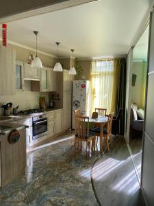 Кухня или мини-кухня в Apartment Kaliningradsky prospekt 71A