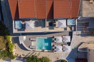 Pogled na bazen u objektu Apartments Villa Poco Loco ili u blizini