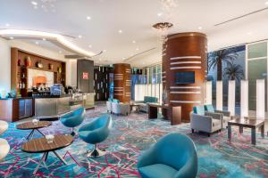 The lounge or bar area at Crowne Plaza Doha - The Business Park, an IHG hotel