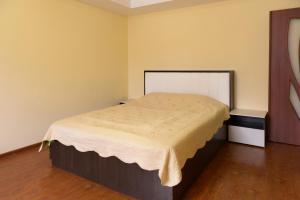 A bed or beds in a room at Квартира рядом с бюветом и парком