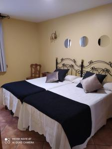 A bed or beds in a room at Antiguo Casino de los Arribes