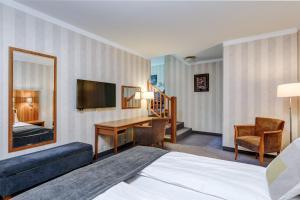 Una televisión o centro de entretenimiento en Quality Hotel Vøringfoss