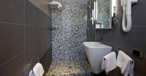 A bathroom at Hotel Tirrenia