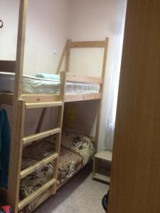 Двухъярусная кровать или двухъярусные кровати в номере Уютное местечко