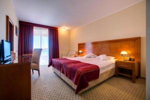 A bed or beds in a room at Hotel Duje