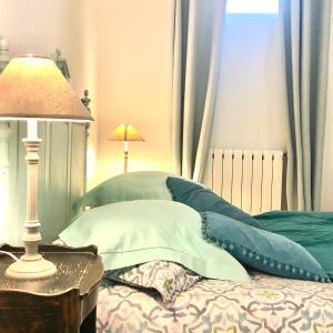 A bed or beds in a room at Les Jardins de la Tuilerie