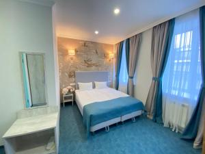A bed or beds in a room at Kirin Hotel