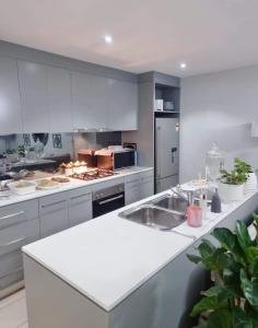 A kitchen or kitchenette at Luxury apartment with views - Private room in shared condo