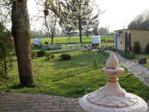 Ein Garten an der Unterkunft Apartments am Elberadweg
