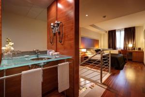 A bathroom at Acevi Villarroel