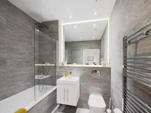 A bathroom at Lily Rose Apartment