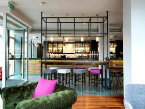 The lounge or bar area at Hilton Garden Inn Birmingham Brindley Place