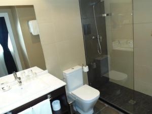 A bathroom at Hotel Llorca