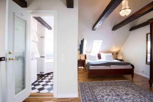 Säng eller sängar i ett rum på Mayfair Hotel Tunneln