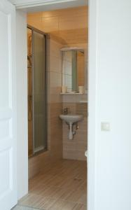 A bathroom at Alpine Valley Holiday