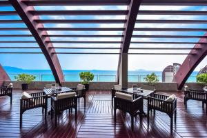 A restaurant or other place to eat at Pullman Oceanview Sanya Bay Resort & Spa
