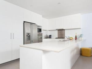 A kitchen or kitchenette at Footprints @ Fingal Bay