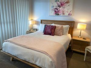 A bed or beds in a room at Footprints @ Fingal Bay