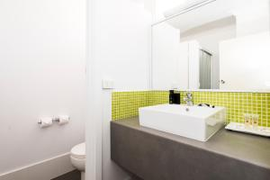 A bathroom at ibis Styles Geraldton