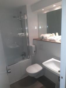 Salle de bains dans l'établissement Kyriad Carcassonne - Aéroport