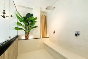 A bathroom at Athens Ivy Suites