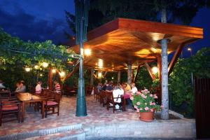 A restaurant or other place to eat at Kulacs Csarda Panzio