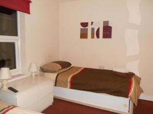 A bed or beds in a room at OYO Main Top Hotel