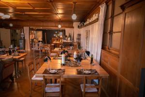 Ein Restaurant oder anderes Speiselokal in der Unterkunft Boutique-Hotel Schlüssel