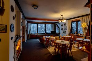 A restaurant or other place to eat at Bed & Breakfast Szymaszkowa 1