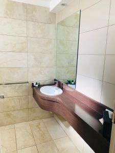 A bathroom at Sunshine Motor Inn
