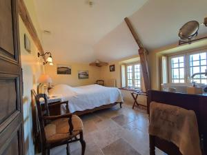 A bed or beds in a room at La petite Ferme