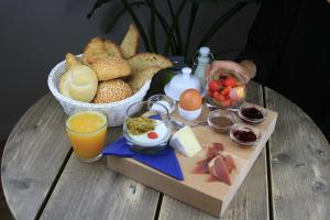 Breakfast options available to guests at Villa Les Paquerettes