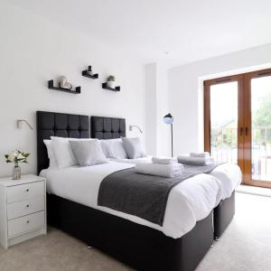 A bed or beds in a room at Grosvenor Apartments One