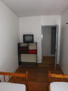 A television and/or entertainment centre at Hotel Uruguai