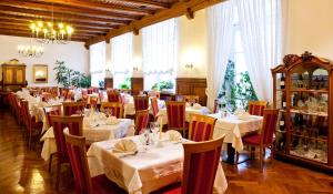 A restaurant or other place to eat at Hotel Mondschein