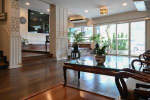 ล็อบบี้หรือแผนกต้อนรับของ The Krungkasem Srikrung Hotel