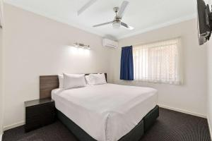 A bed or beds in a room at Comfort Inn and Suites Robertson Gardens