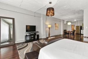 A television and/or entertainment center at Loft Hotel Montreal