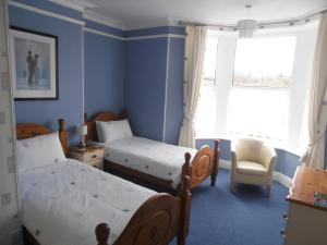 A bed or beds in a room at Meadowlea Guest House