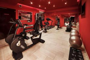 The fitness center and/or fitness facilities at Radisson Blu GHR Rome