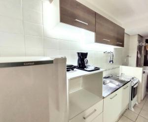 A kitchen or kitchenette at Loft Mid Century Moderno Centro São Leopoldo Com Net Wi-Fi Netflix!