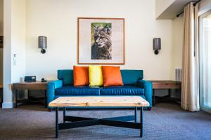 A seating area at Rush Creek Lodge at Yosemite