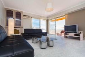 A seating area at La Vue Mer - 3 Chambres - Lanterne