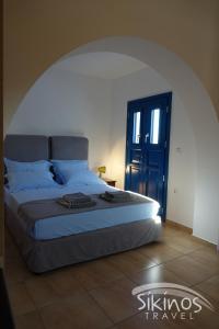 Ένα ή περισσότερα κρεβάτια σε δωμάτιο στο Sikinos Elegant Studio