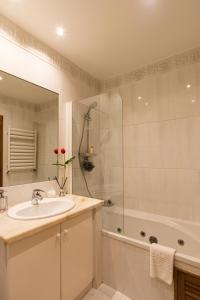 Uma casa de banho em Porto Gaia RR Apartment by MP