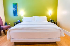 A bed or beds in a room at Pacific Blue Inn