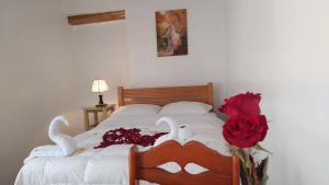 A bed or beds in a room at HOSTAL EL VIRREY II